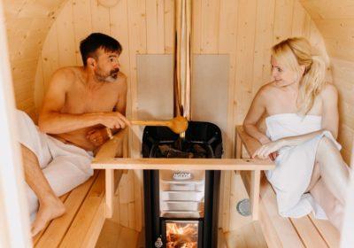 un couple profite d'un sauna